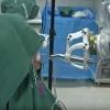 Il robot dentista impianta due denti senza aiuti